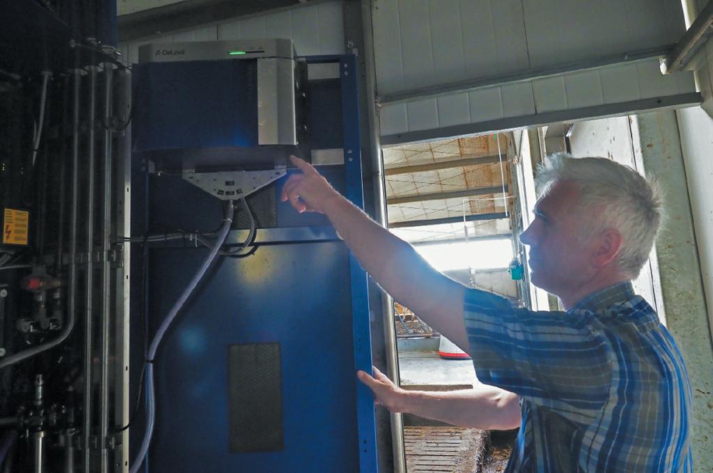 Ryszard Sobiecki wskazuje miejsce montażu modułu RePro w robocie udojowym VMS V310